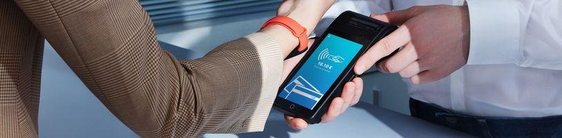 Mi Band 6 nabídne bezkontaktní platby v Evropě. Jak je na tom ČR?